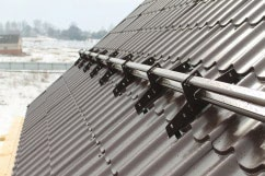 Стальной трубчатый снегозадержатель Roofsistems на металлочерепицу